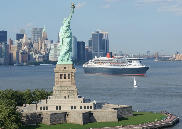 QUEEN MARY 2 LEAVES NEW YORK HARBOUR ON ITS 200TH TRANSATLANTIC CROSSING, NEW YORK, USA